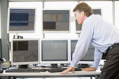 De Handelaar die van de voorraad de Monitors van de Computer onderzoekt Stock Fotografie