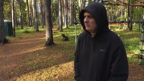 De handelaar in park met drugs zoekt nieuwe klanten stock footage