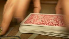 De handelaar schuifelt de kaarten om pook te spelen stock video