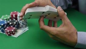 De handelaar schuifelt kaarten stock footage