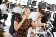 De Handelaar van de voorraad op de Telefoon Royalty-vrije Stock Afbeeldingen