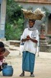 De handelaar verkoopt op de straat Stock Foto