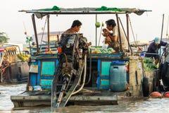 De handelaars bij Cai Rang-het drijven markt kunnen binnen Tho, Vietnam Stock Foto's
