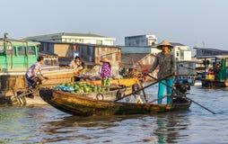 De handelaars en resellers bij Cai Rang-het drijven markt kunnen binnen Tho, Stock Foto