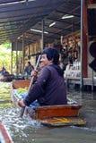 De handelaarsvlotters door de boot Stock Afbeelding