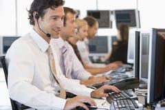 De Handelaren die van de voorraad bij Computers werken stock foto's