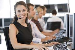 De Handelaren die van de voorraad bij Computers werken Royalty-vrije Stock Afbeeldingen