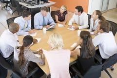 De Handelaren van de voorraad in een Vergadering stock foto