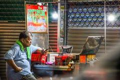 De handelaren wachten op klanten om aan klanten te komen die zouden willen hebben wat zij willen royalty-vrije stock fotografie