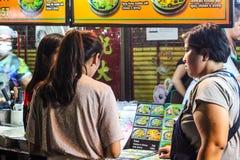De handelaren wachten op klanten om aan klanten te komen die zouden willen hebben wat zij willen stock afbeelding