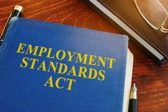 De handeling en de glazen van werkgelegenheidsnormen stock foto's