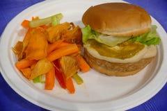 De handelsbeurs van veganistproducten waar de landbouwers en de bedrijven hun producten aan vlees het van de consument hamburger  stock fotografie