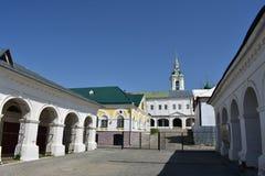 De handelsrijen drijven en pakhuis complex van de recente xviii-vroeg handel XIX eeuwen, dat verscheidene blokken in Kostroma bez stock afbeeldingen