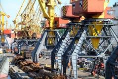 De handelzeehaven met kranen en schepen Stock Foto