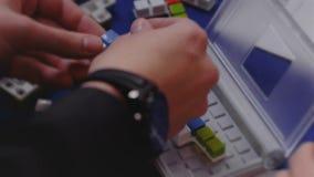 De handen assembleren een raadsel of een IQspel, intelligentie en het denken test stock video