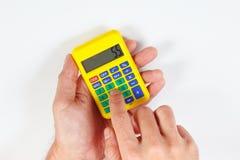 De handen berekenen het gebruiken van een digitale calculator op witte achtergrond stock afbeeldingen