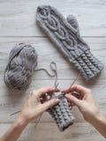 De handen breien handschoenen Breiende die handschoenen van wol worden gemaakt royalty-vrije stock foto