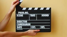 De handen die een raad van de filmklep gebruiken, sluiten omhoog stock video