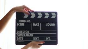 De handen die een raad van de filmklep gebruiken, sluiten omhoog stock videobeelden