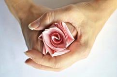 De handen die een roze document houden namen toe Stock Fotografie