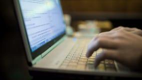De handen die op Laptop Toetsenbord schrijven, sluiten omhoog Hd stock footage