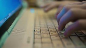 De handen die op Laptop Toetsenbord schrijven, sluiten omhoog Hd stock videobeelden