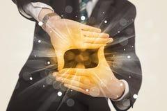 De handen die tot een vorm met geel leiden glanst Royalty-vrije Stock Fotografie