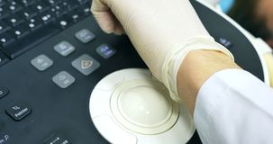 De handen die van de arts aan de ultrasone klankmachine werken Klikt op de knopen Sluit omhoog stock videobeelden