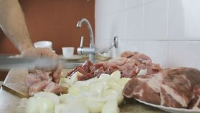 De handen die van de close-upvrouw een reusachtig sappig stuk van varkensvlees snijden in grote stukken voor barbecue Zachte nadr stock videobeelden