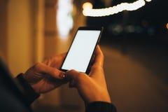 De handen die van de close-upvrouw mobiele telefoon houden stock fotografie