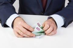 De handen die van de bankteller ` s euro bankbiljetten op de lijst tellen Royalty-vrije Stock Afbeeldingen