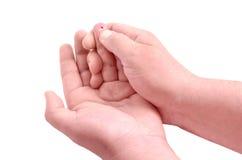 De handen die van de bloedonderzoekmens het niveau van de bloedsuiker controleren door Glucose mete Stock Foto's