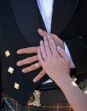 De handen die van de bruid en van de bruidegom op bruidegommaag rusten Royalty-vrije Stock Foto