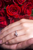 De handen die van de echtgenoot en van de Vrouw Verlovingsring tonen Royalty-vrije Stock Foto