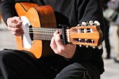 De handen die van de mens de Spaanse gitaar spelen Royalty-vrije Stock Foto