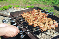De handen die van de mens smakelijke barbecue roosteren Royalty-vrije Stock Afbeelding