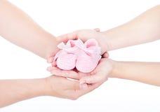 De handen die van de moeder en van de vader babybuiten houden Royalty-vrije Stock Afbeeldingen