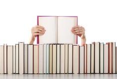 De handen die van de vrouw een open boek houden Royalty-vrije Stock Afbeeldingen