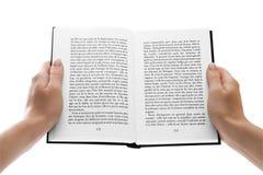 De handen die van de vrouw een open boek over wit houden Royalty-vrije Stock Afbeeldingen