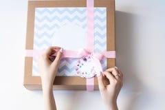 De handen die van de vrouw huidige doos openen Royalty-vrije Stock Foto