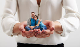 De handen die van de vrouw klein gelukkig paar houden Royalty-vrije Stock Afbeelding