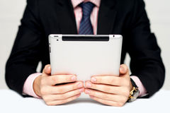 De handen die van de zakenman draagbaar apparaat houden Stock Foto