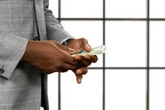 De handen die van de zwarte zakenman geld houden Royalty-vrije Stock Afbeeldingen