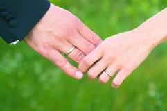 De handen die van het huwelijk elkaar houden Royalty-vrije Stock Afbeelding