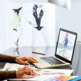 De handen die van manierontwerpers tot ontwerp leiden Royalty-vrije Stock Foto