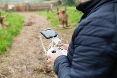 De handen die van mensen afstandsbediening van hommel houden Het gebruiken van technologie royalty-vrije stock fotografie