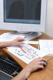 De handen die van personen aan een tekening en een lading aan een computer werken Royalty-vrije Stock Foto