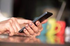 De handen die van de vrouw een mobiele telefoon met behulp van royalty-vrije stock foto