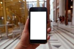 De handen die van de vrouw smartphone met het lege exemplaar ruimtescherm houden voor uw sms-bericht of informatie-inhoud stock afbeelding