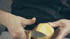 De handen die van vrouwen aardappels pellen stock video